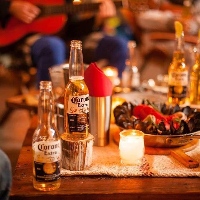 テーブルの上に置かれたコロナ・エキストラの瓶