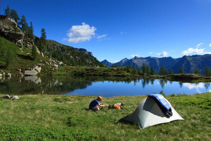 ペトロマックスのテントでキャンプをする様子