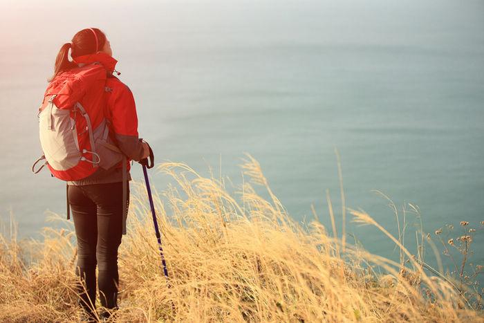丘の上に立っている女性