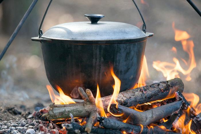 たき火にかけられたダッチオーブン