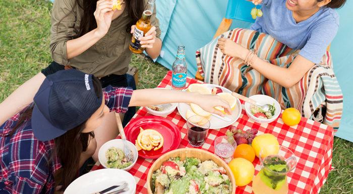 メルヘンキャンプで外でご飯を食べている女性たち