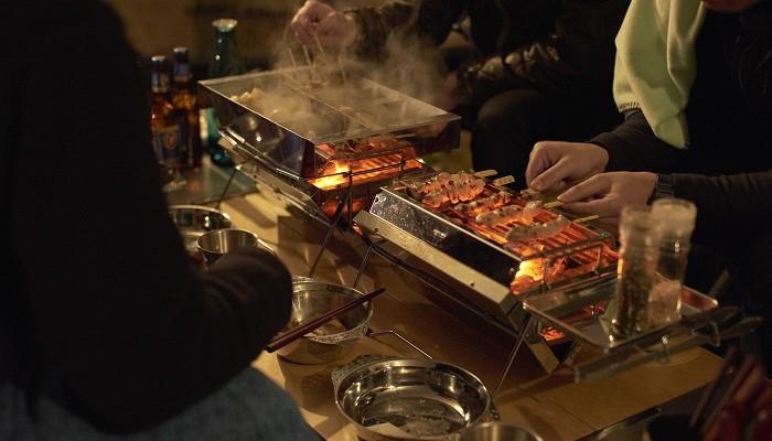 ユニフレームのBBQグリル、ユニセラで焼き鳥を焼く様子
