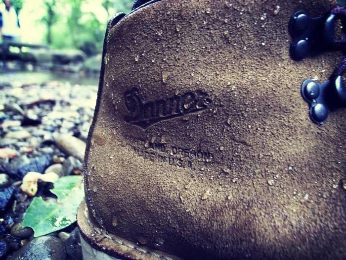 水に濡れたダナーのブーツ