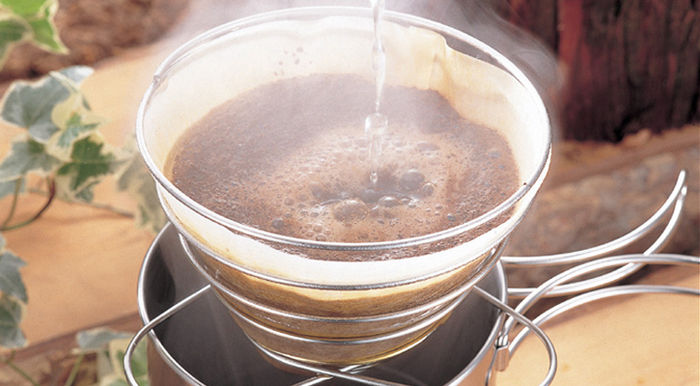 コーヒーを淹れている様子
