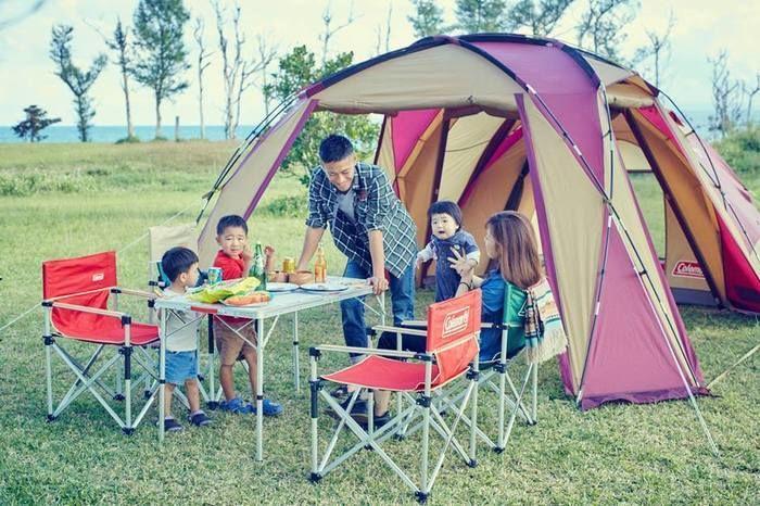 コールマンのキャンプサイトで楽しむ子連れの家族