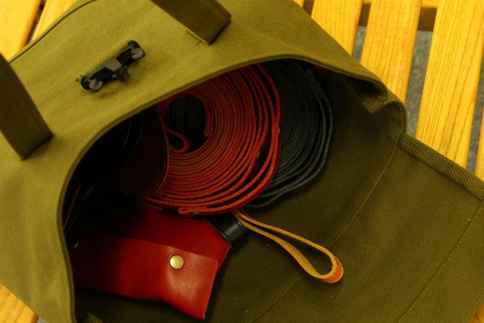 荷物が入ったFREEDOMの8号帆布トートバッグ