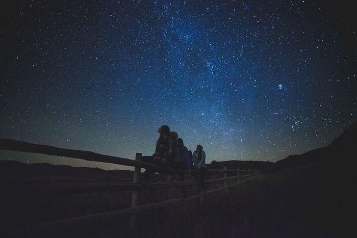 星空を見上げる人々