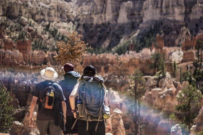 帽子をかぶって登山をする人々