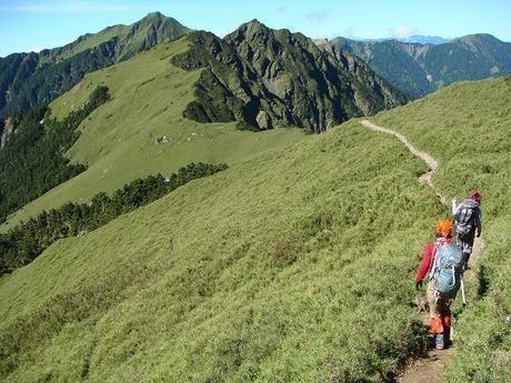 タイツを履いて山の尾根を登る女性