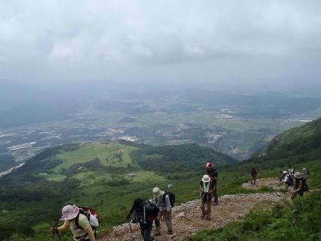 高い山を登る人々