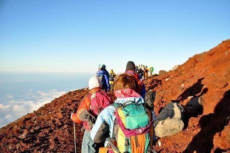 赤山を登る人々