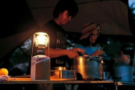 夕方料理をする人の手元を照らすランタン