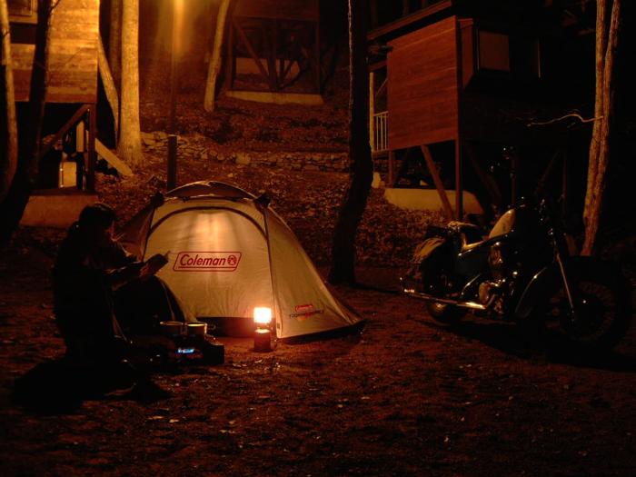 コールマンのテントとバイクを照らすLEDランタン