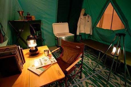 コールマンのランタンが照らすテント内の様子
