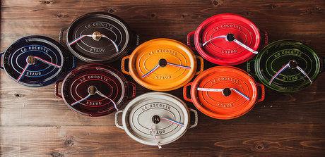 並べらた色とりどりのストウブの鍋を上から見た様子