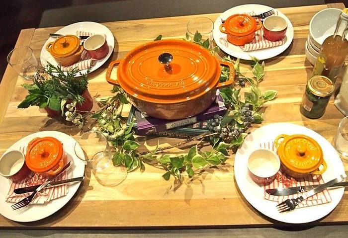 食卓の中止に置かれたストウブの鍋