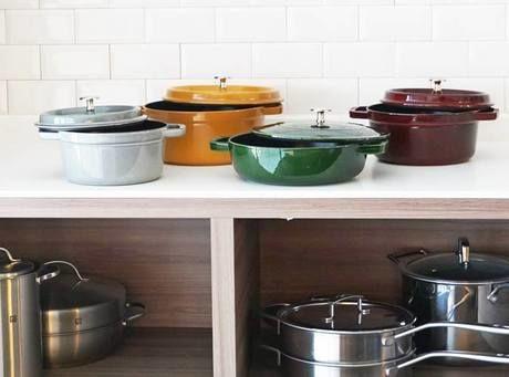 棚の上に並べれた大小さまざまなストウブの鍋