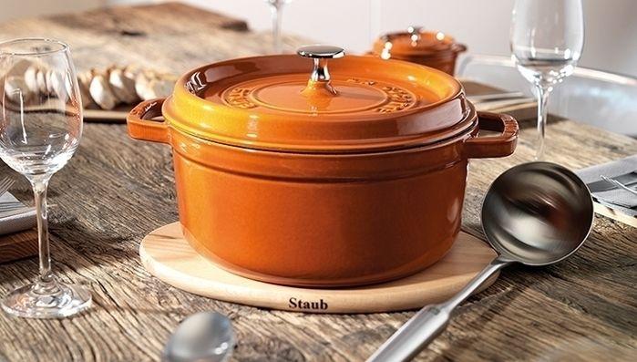 食卓に置かれたストウブの鍋