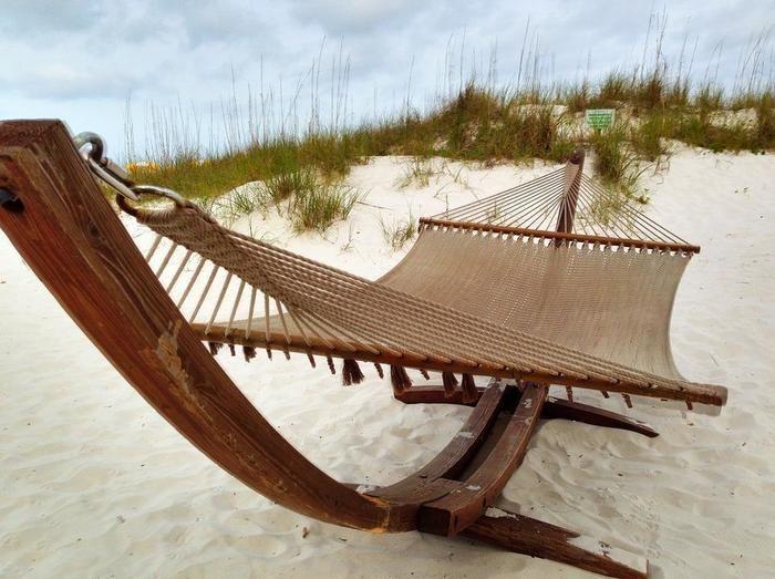 砂浜に置かれたハンモック