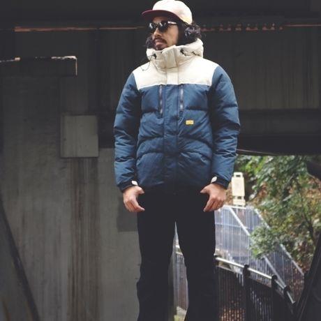 ネイタルデザインのAARON DOWN JACKET X NANGAを着た男性