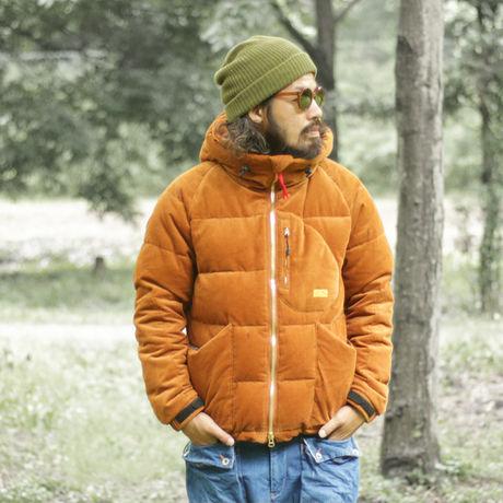 ネイタルデザインのIGLOO DOWN JACKET CORDUROY X NANGAを着た男性