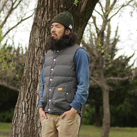 ネイタルデザインのGOOD OLD DOWN VEST4 X NANGAを着た男性