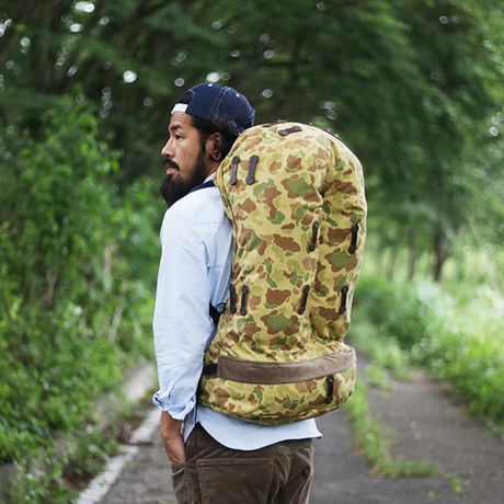 "ネイタルデザインのRIVENDELL MOUNTAIN WORKS × NATAL DESIGN "" JENSEN PACK""を背負った男性"