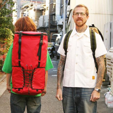ネイタルデザインのBIG DRUM BAGを背負った男性