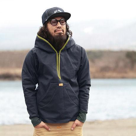 ネイタルデザインのパーカー SLEEKERSを着た男性
