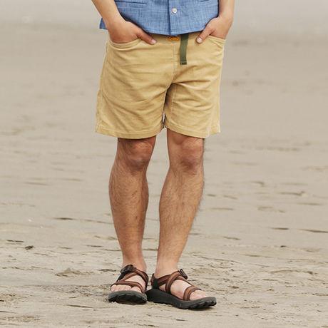 ネイタルデザインのハーフパンツ EL CAPITAN SHORTS CORDUROYを履いた男性