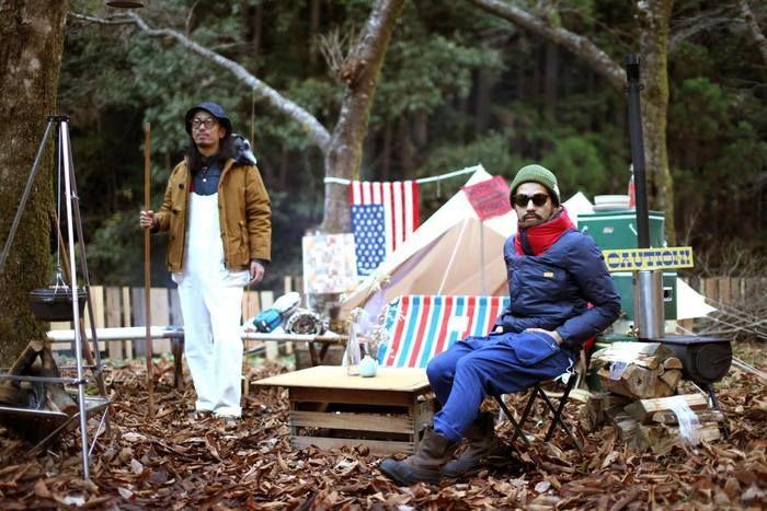 キャンプをしている2人の男性
