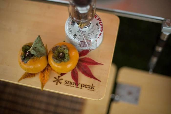 スノーピークのまな板の上に置かれている柿
