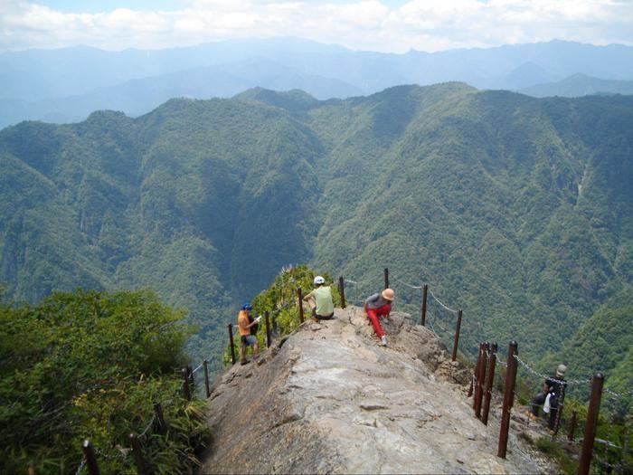 頂上からの景色を眺める人々