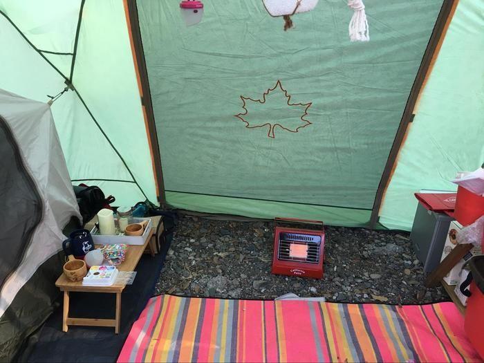 テント内に置かれたガスストーブ