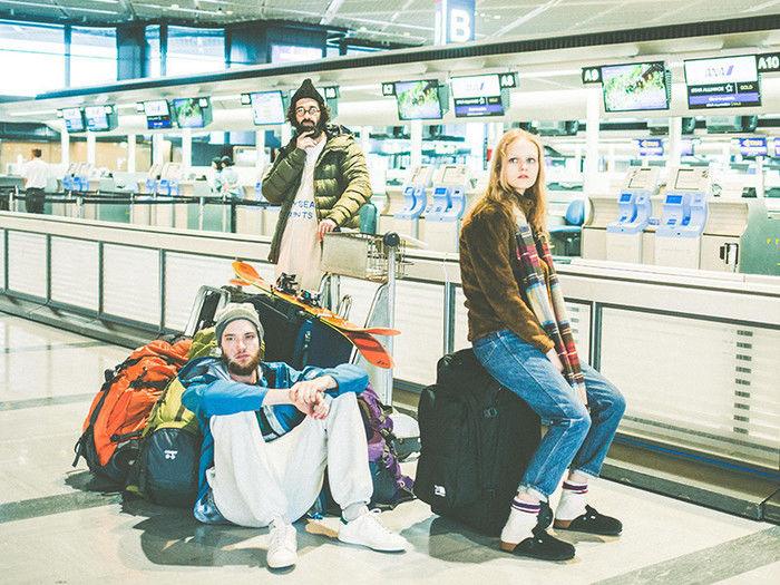 空港でカリマーのバックを床において座るモデル
