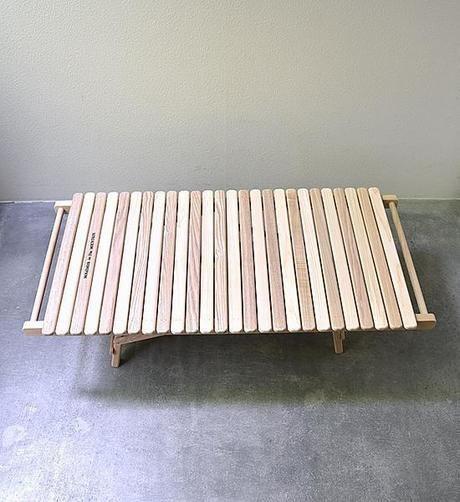 折りたたみ式のアウトドアテーブル