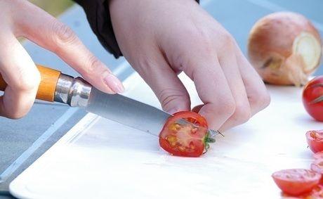オピネルナイフでトマトを切る様子
