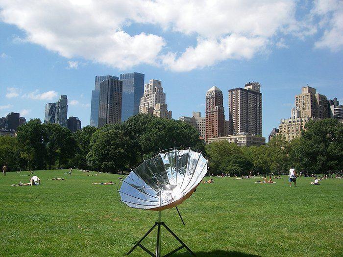 芝生の広場で使用しているソーラークッカー