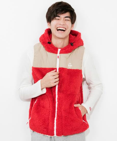 赤い服を着て笑う男性