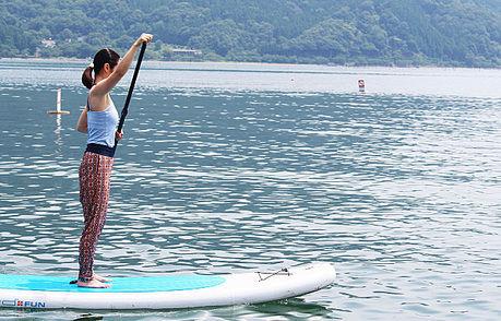 琵琶湖の上でSUPをする様子