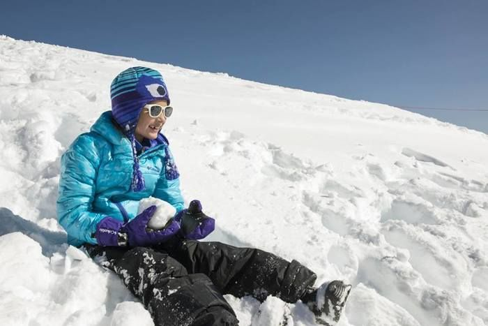 雪山で遊ぶ子供の様子