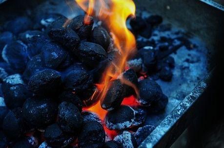 着火剤で火のついた炭