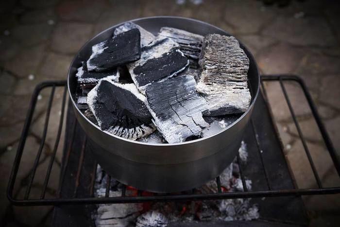 火にかけられたダッチオーブン