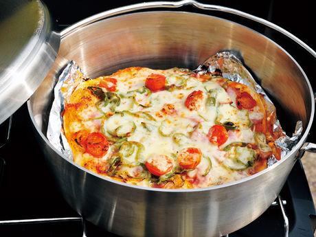 ピザが入ったステンレス製のダッチオーブン