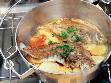 魚が入ったステンレス製のダッチオーブン