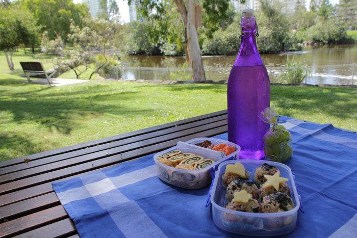 公園でピクニックをする様子