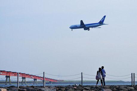 城南島海浜公園と間近で飛ぶ飛行機