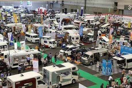 名古屋キャンピングカーフェアに訪れる人々