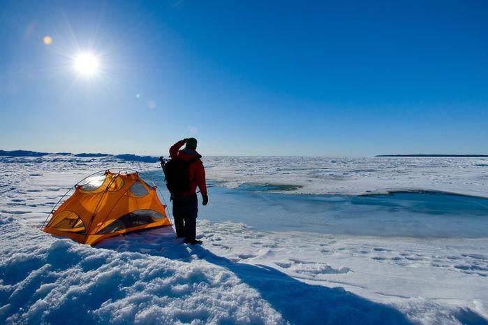 雪の上に張られたテントと人