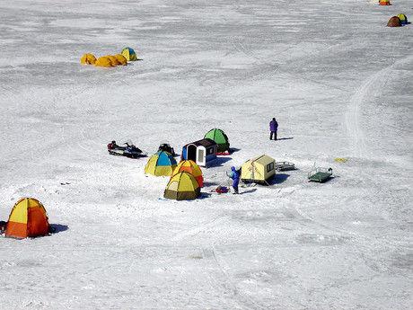 氷上ワカサギ釣りをする人々